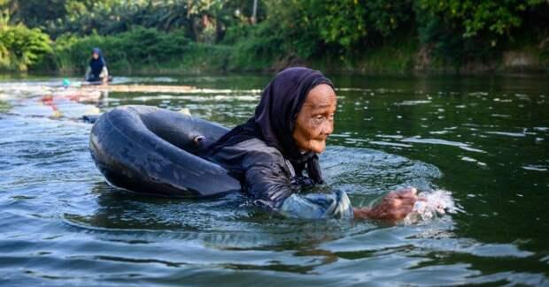 3 км вплавь преодолевают 80-летние старушки с Сулавеси, чтобы добыть питьевую воду