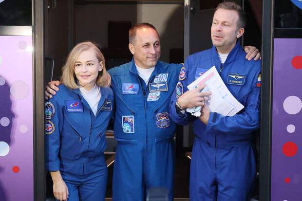 Россия отправила в космос первый в истории киноэкипаж
