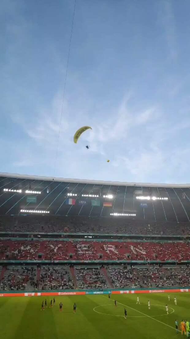 Франция – Германия. Во время матча на поле приземлился парашютист (видео)
