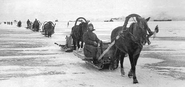 Конно-санный обоз на льду Ладожского озера.