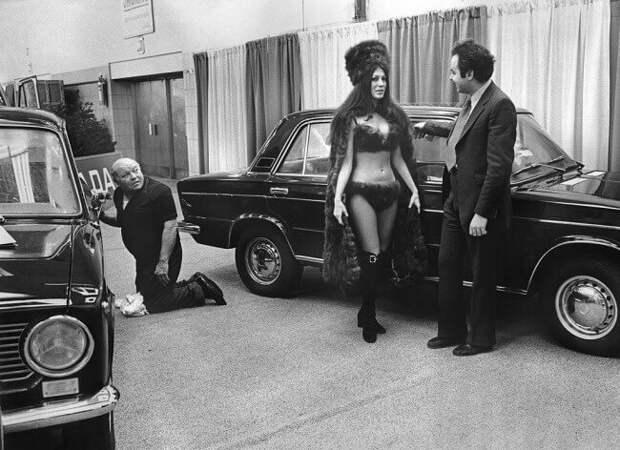 Модель в бикини изсоболя представляет автомобиль LADA наавтосалоне вНью-Йорке, 1973.