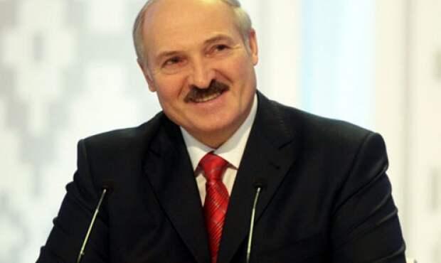 За президента Белоруссии в соцсетях приняли мужчину с усами, который стоит за актрисой в ярко-розовой шапочке