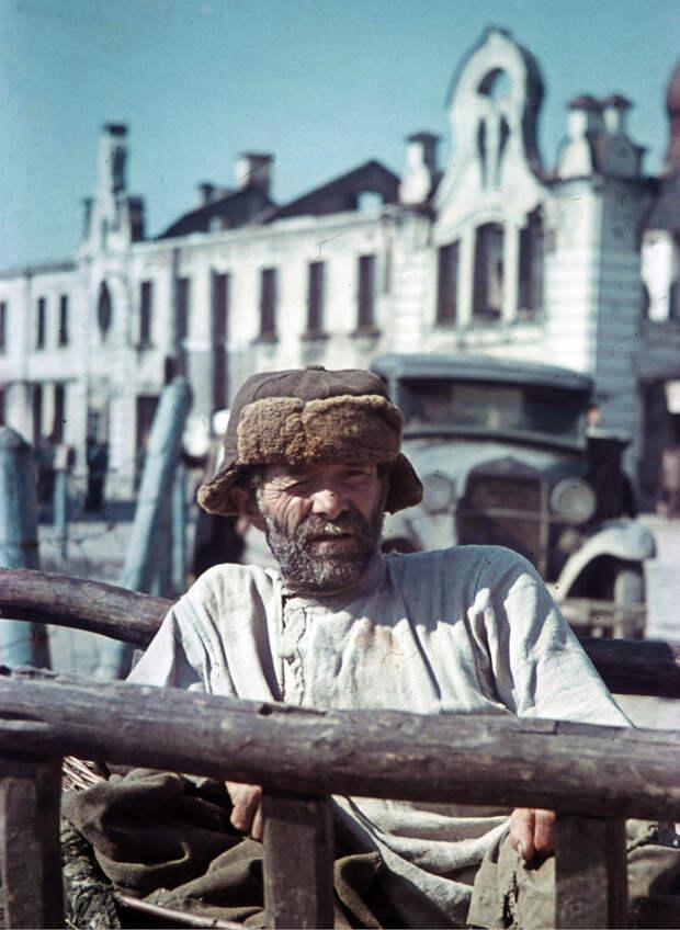 1942. Смоленский крестьянин на Сенной площади