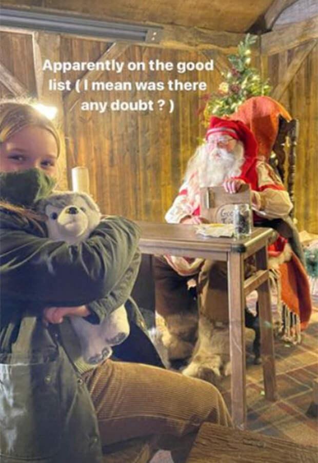 Когда задуманное не получилось: Виктория Бекхэм представила рождественскую открытку своей семьи