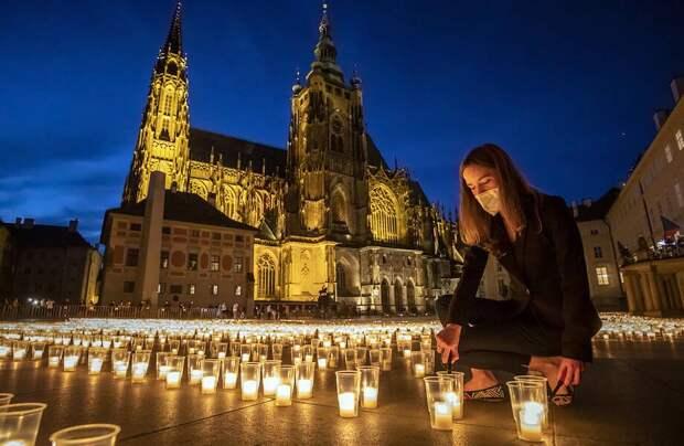 Фото дня: свечи в память о погибших от коронавируса в центре Праги