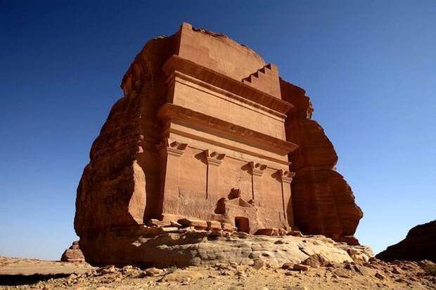 «Одинокий дворец» в скале: как появилась гробница посреди пустыни