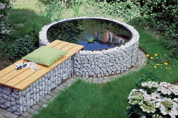 Оригинальный бассейн, созданный из габионной сетки.