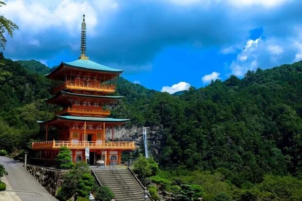 16 тысячам японцев угрожают оползни