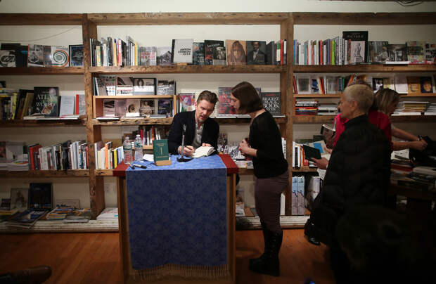 Писатель, феминист и критик моногамии: За что мы любим Итана Хоука
