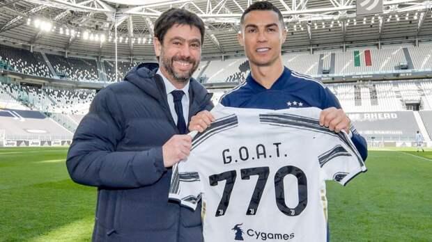 Президент «Ювентуса» вручил Роналду футболку с надписью G.O.A.T. Ранее Криштиану побил рекорд Пеле по голам