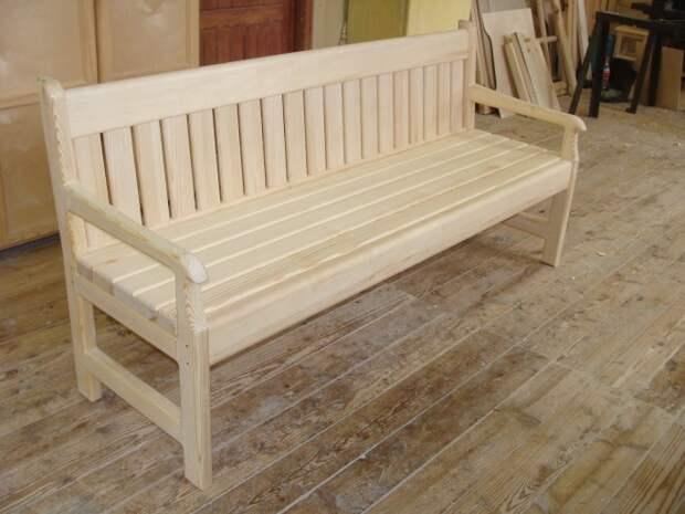 дачная скамейка с деревянными опорами