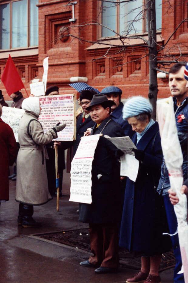 Протестующие возле музея Ленина.