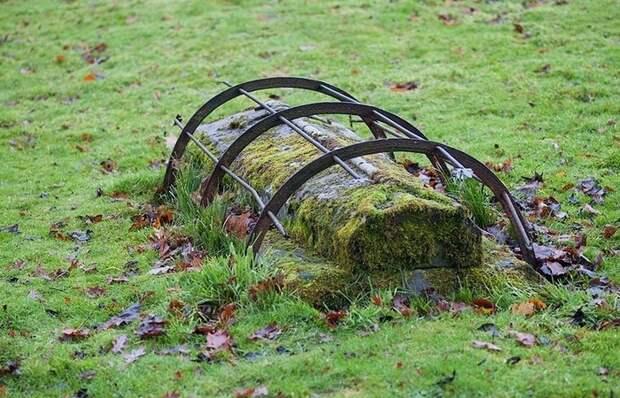Для чего в старину на кладбищах Англии ставили клетки над могилами