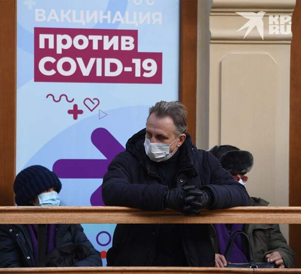 В очереди у пункта вакцинации в столичном ГУМе.