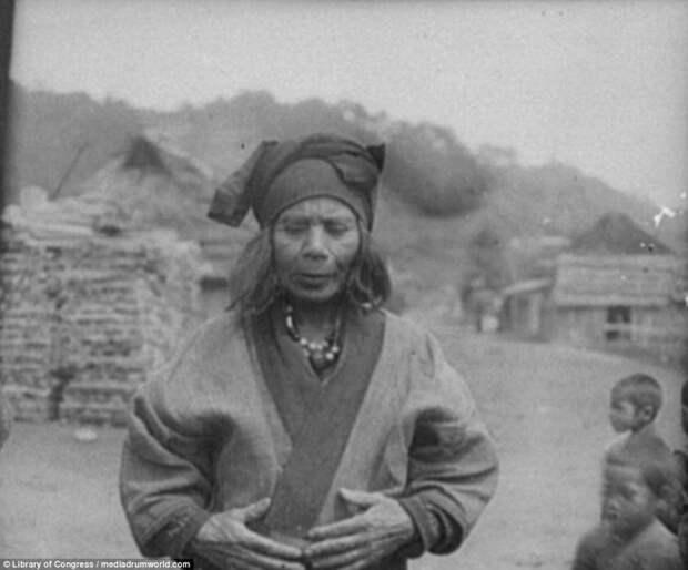 Женщина в халате и бусах айны, история, народ, фотография