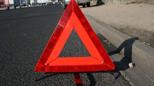 Попавший в ДТП грузовик перегородил улицу Красная Пресня в Москве