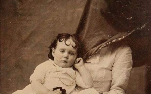 7 криповых фото, когда младенцев снимали с няней в мешке