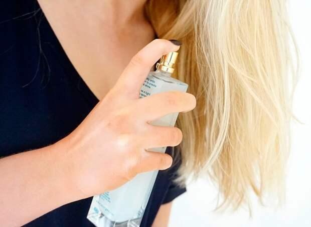 Пшикать духи на волосы нужно на расстоянии. / Фото: mylitta.ru