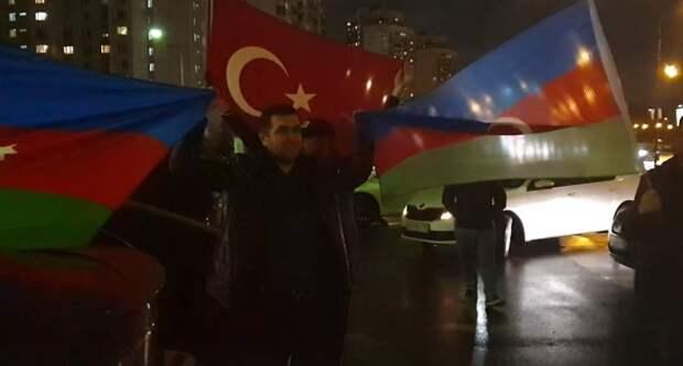 """Азербайджанцы под флагом Турции избили чучело Пашиняна в Москве: """"Снимай, брат, снимай!"""""""