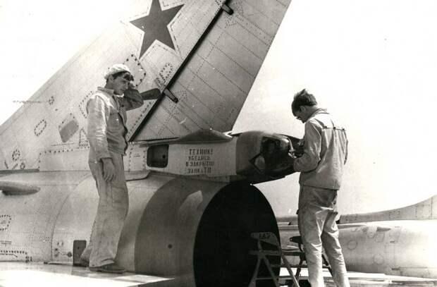 Техники 1-й эскадрильи устанавливают тормозной парашют на истребителе-бомбардировщике Су-17