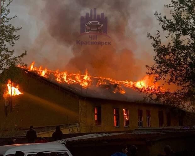 В Советском районе Красноярска горит заброшенный дом