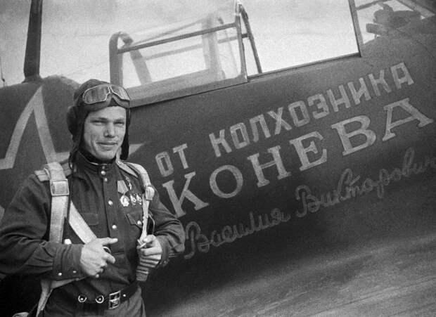 У именного самолета Ла-5, 1944 год Яков Паволоцкий/ТАСС