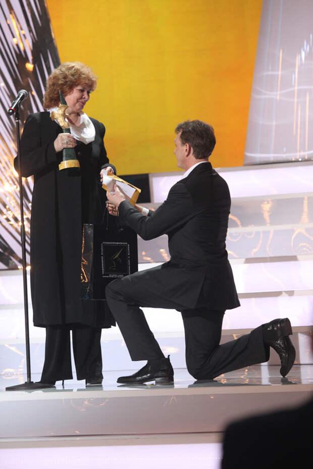 Актриса Людмила Нильская получила приз за лучшую женскую роль на телевидении (фильм «Галина»).