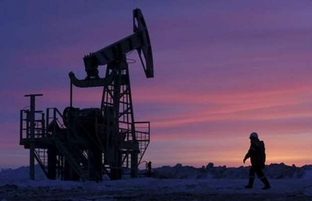 Станок-качалка на нефтяном месторождении Башнефти близ села Николо-Березовка в Башкирии, 28 января 2015 года. REUTERS/Sergei Karpukhin