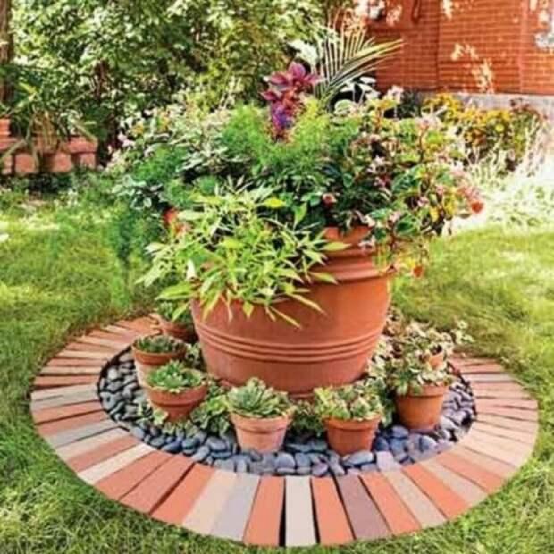 Красный кирпич считается незаменимым материалом для мощения ограждений для клумб и цветников.