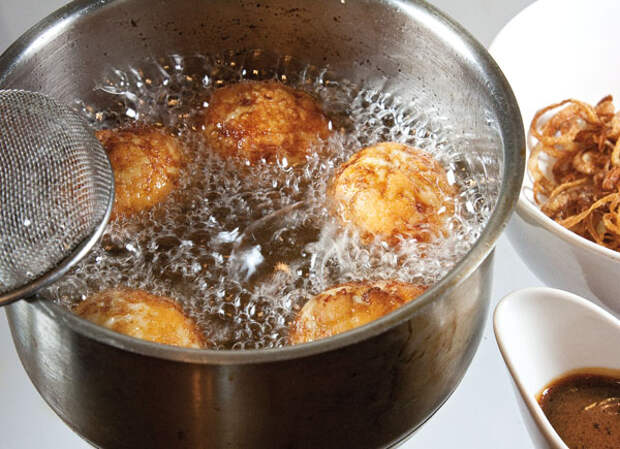 Закуска из жареных яиц, предварительно отваренных