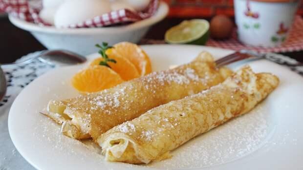 Постные блины подавайте с фруктами, вареньем, медом.