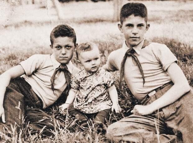 Юный пионер Кобзон (на снимке крайний слева) с сестрой Геленой и братом Эмануилом. Краматорск Донецкой области Украины, пионерлагерь «Пчелкино», 1949 г. Фото из личного архива Иосифа Кобзона.