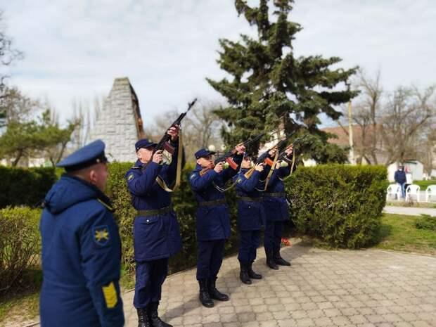 В Красноперекопске возложили цветы к братской могиле советских воинов