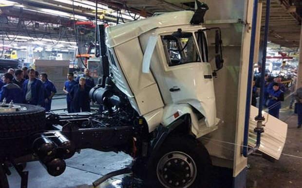 С конвейера — в опору: на КАМАЗе разбился грузовик