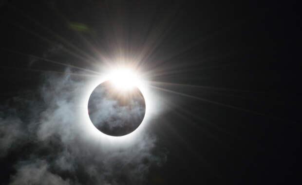 Бриллиантовое кольцо Полное солнечное затмение 9 марта 2016 года, снятое в Индонезии.