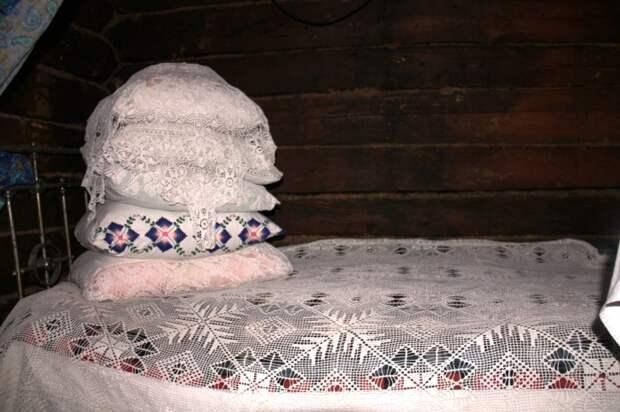 Гору подушек накрывали тюлем или вышитой белой салфеткой / Фото: kresttsy.ru