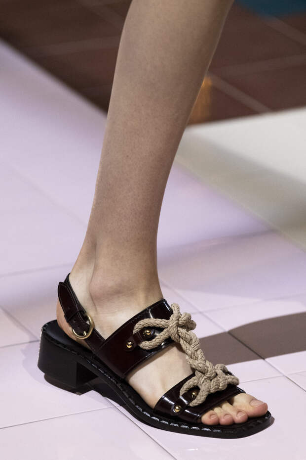 Обувь сезона весна-лето 2020: вьетнамки, вязаные сапоги и «мамины мюли» (фото 13)