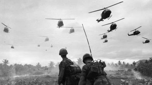 Боевые вертолеты идут на посадку. Война во Вьетнаме