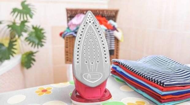 С помощью жидкости для снятия лака можно с легкостью почистить подошву утюга. /Фото: priborka.life
