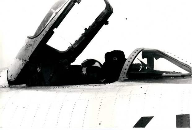 Летчик в кабине самолета Су-17 борт 41 получает последние указания перед тренировочным полетом