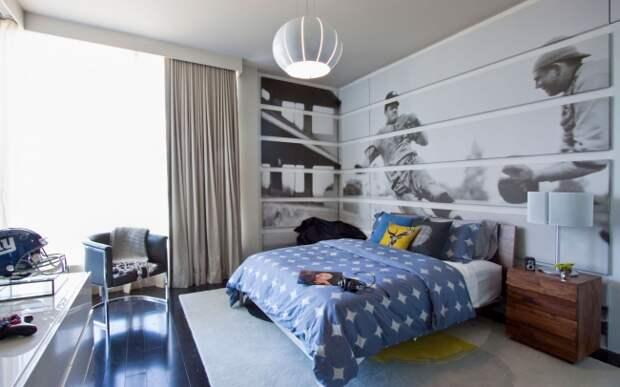 Просторная комната для подростка с большим графическим рисунком на всю стену