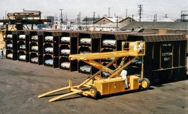 А вот так, для сравнения, тогда перевозили Кадиллаки. Загружали в такие вот контейнеры, которые потом грузили на железнодорожную платформу. Такая загрузка назвалась SP Stac-Pac. автомир, большие, грузоперевозки, интересно, негабаритный груз, эмично