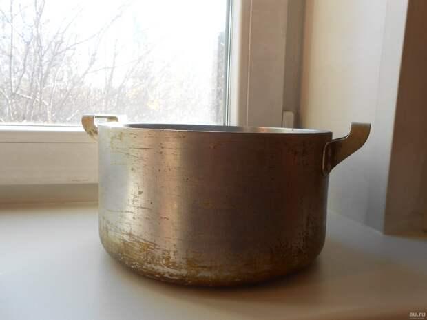 фото из свободного источника интернета.Закопченные кастрюли на кухне.