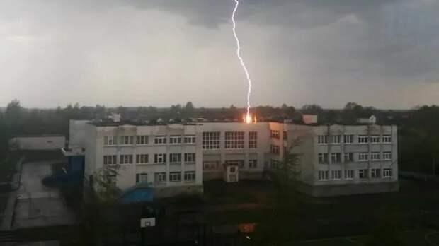 В Тверской области молния попала в школу