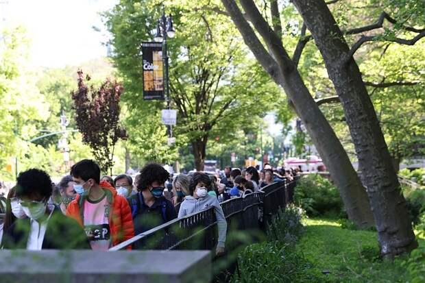Жители Нью-Йорка продолжают носить маски на улице, несмотря на заявление Байдена