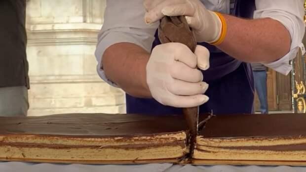 """Пекли три дня: в Париже приготовили самый большой в мире торт """"Опера"""""""