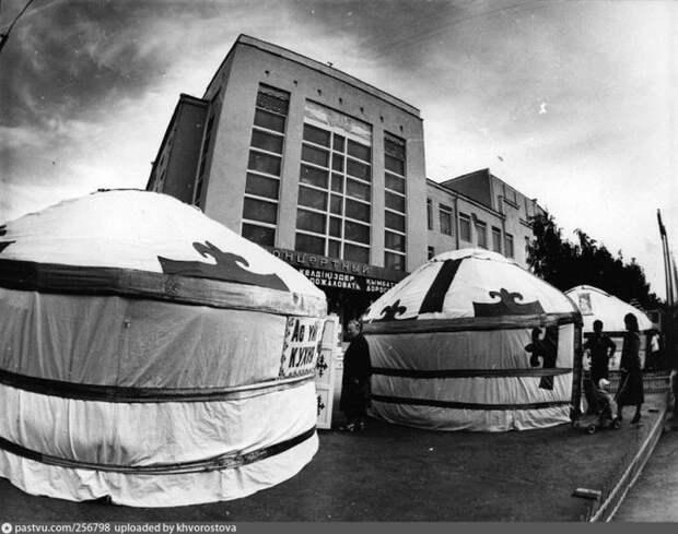Дни казахской культуры в Тюмени, 1992 год. У филармонии разбиты юрты. история, факты, фото