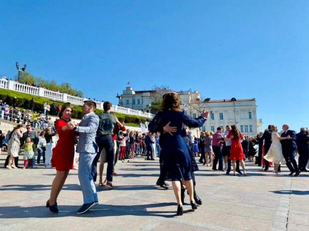 На набережной Корнилова более 100 пар танцевали «За Победу до победного!»