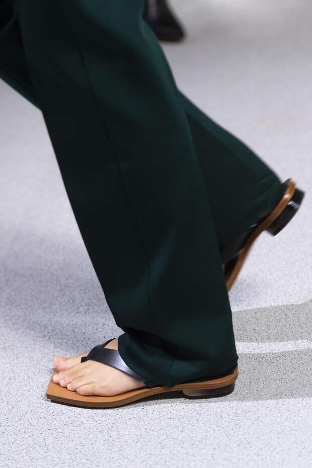 Обувь сезона весна-лето 2020: вьетнамки, вязаные сапоги и «мамины мюли» (фото 5)
