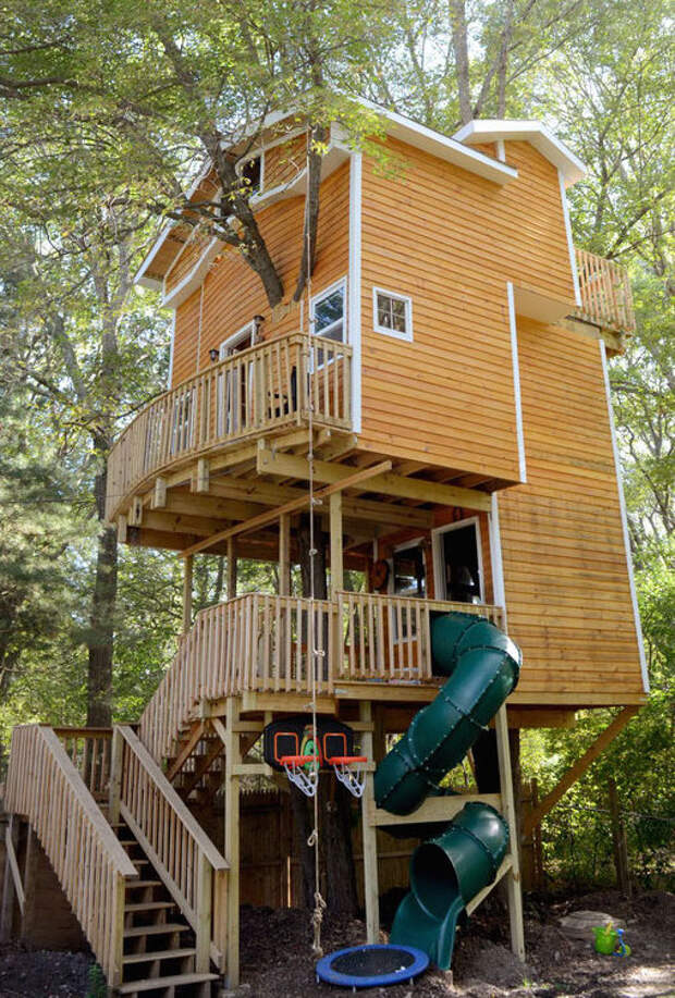 Дед построил своим внукам потрясающий трехэтажный домик на дереве